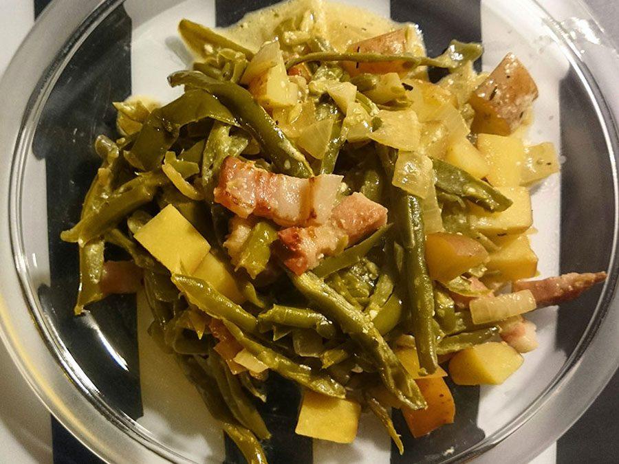 Saure Bohnen mit Speck und Kartoffeln