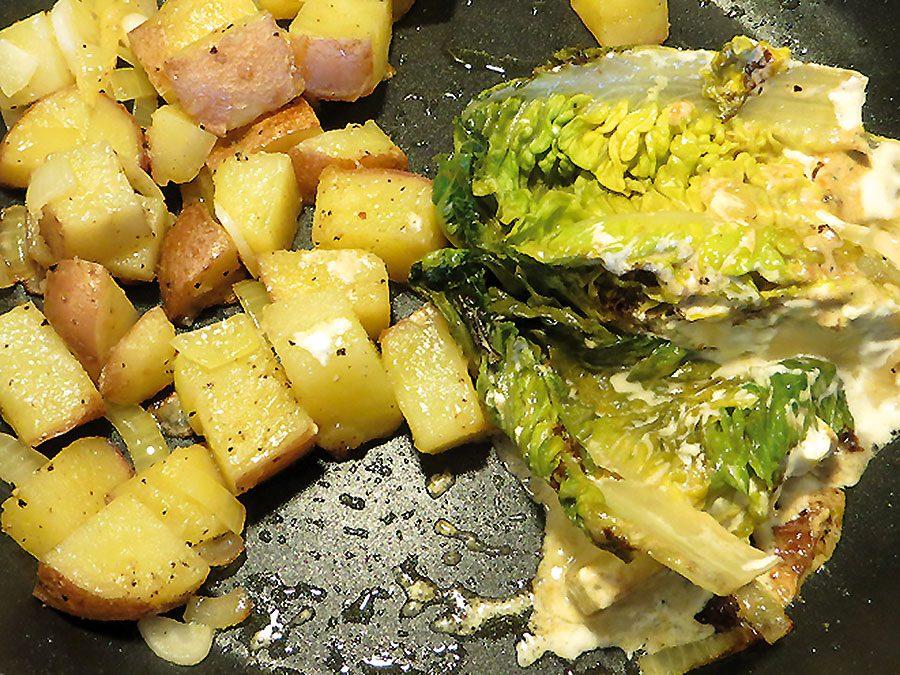 Salatherzen aus der Pfanne mit Bratkartoffeln