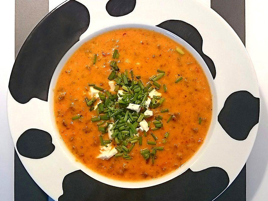 Suppe mit Paprika, Gehacktem und Feta