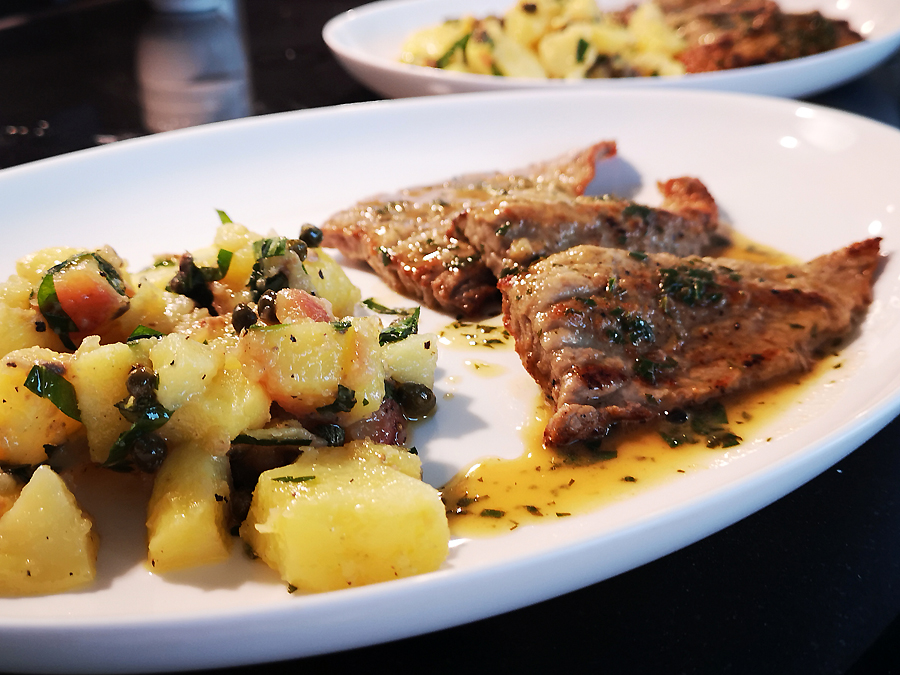 Kalbsschnitzelchen und Kartoffelsalat italienisch